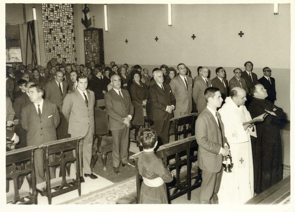 Foto blanco y negro de un grupo de gente posando para una foto Descripción generada automáticamente